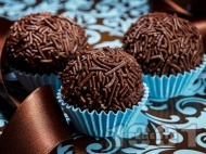 Рецепта Лесни домашни шоколадови бонбони с шоколадови пръчици (таралежки)